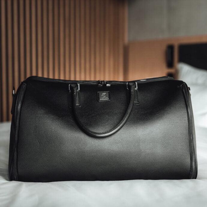 czarna torba na garnitur